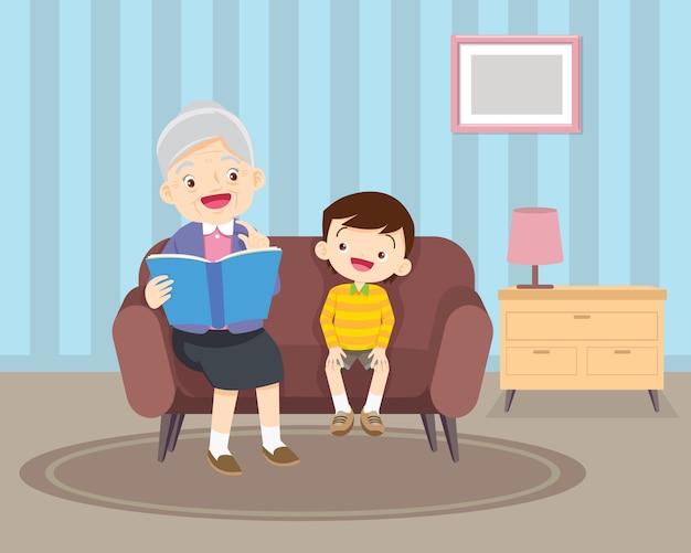 本が付いているソファーに孫と座っている祖母