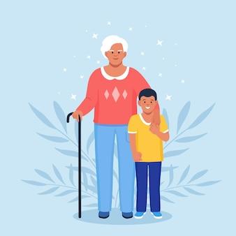 孫と祖母。おばあちゃんは孫を抱き締めます。子供の男の子とかわいい老婆の肖像画。世代と家族関係
