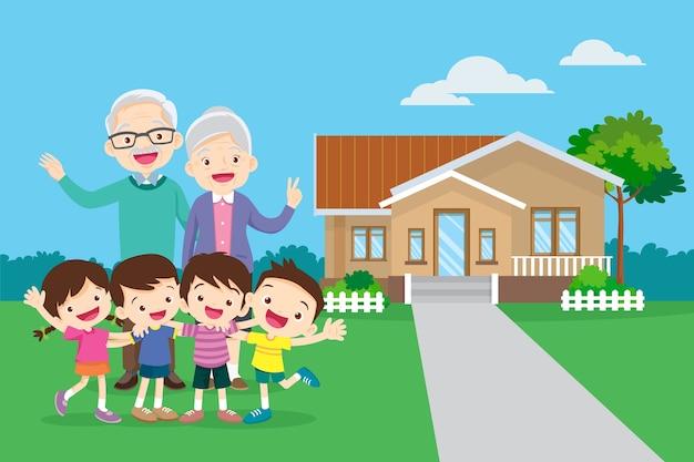 祖父母と子供。子供を持つ幸せな祖父母は彼の家の前に手を挙げます。