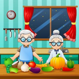 Бабушка и дедушка, стоя в кухонной комнате