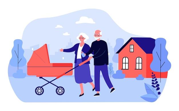 Бабушка и дедушка гуляют с коляской во дворе дома. плоские векторные иллюстрации. пожилые мужчина и женщина гуляют со своим новорожденным внуком или внучкой. семья, детство, отдых, концепция ухода