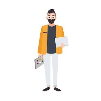 그래픽, 웹 또는 인테리어 디자이너 또는 색상 팔레트와 노트북을 들고 있는 창의적인 작업자. 웃는 남성 만화 캐릭터 흰색 배경에 고립. 평면 스타일에 색된 벡터 일러스트 레이 션.