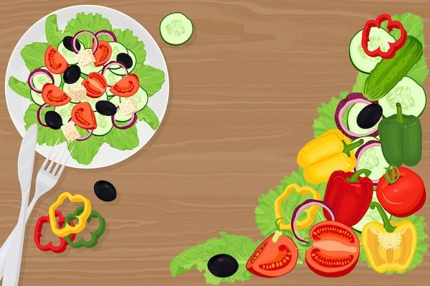 Греческий салат в тарелке с помидорами, оливками, перцем, листьями салата, фетой, луком. овощи на деревянном столе