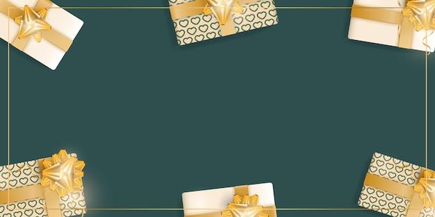 현실적인 샴페인 색상 선물 상자, 금 리본 및 활이 있는 녹색 배경. 텍스트에 대 한 공간을 가진 배경입니다. 위에서 볼 수 있습니다. 벡터 일러스트 레이 션.