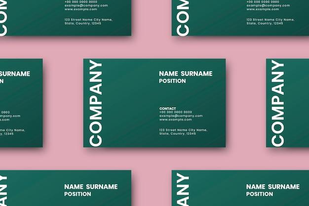 Дизайн зеленой визитки установлен в flatlay