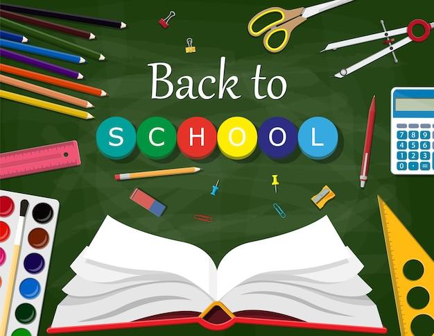 녹색 칠판 및 학교 용품. 페인트 지우개 깎이 연필 펜 계산기 책 눈금자. 대학 또는 대학, 교육 훈련. 학교로 돌아가다.