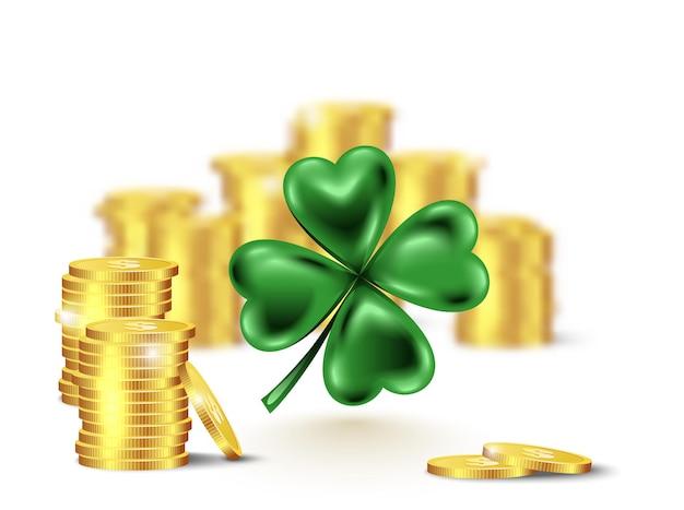 Лист зеленого клевера, символ дня святого патрика. размыли стопку монет и четырехлистников на белом фоне.