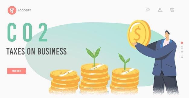 Green co2 business taxlandingページテンプレート。エコ企業の社会的責任、緑の植物の芽とお金の山で巨大な黄金のコインを保持しているビジネスマンのキャラクター。漫画のベクトル図