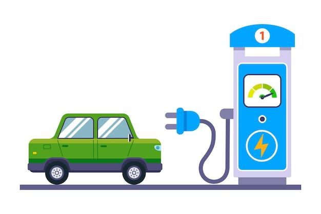 緑の電気自動車が駅で充電中です。平らな