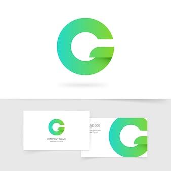 白い背景の上の緑のグラデーション文字gまたはq生態ロゴ要素