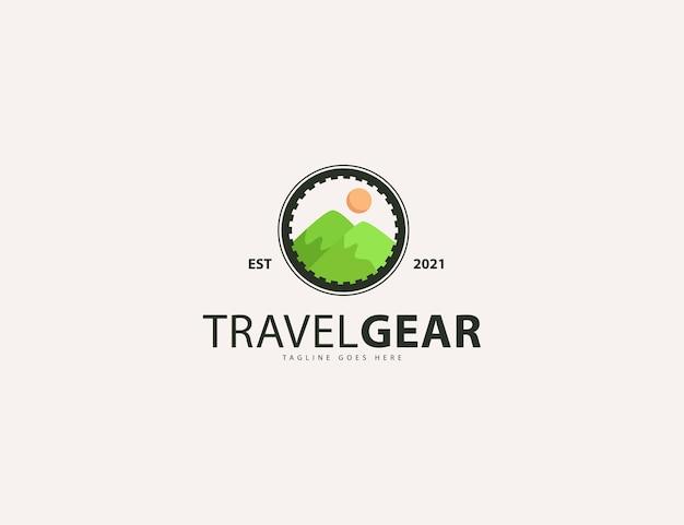 自然や旅行のロゴデザインテンプレートのtravelgearレタリングと緑の山と太陽
