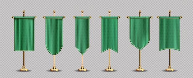 Зеленые флаги вымпела макет пустые вертикальные баннеры