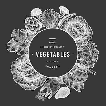 Шаблон зеленые овощи. нарисованная рукой иллюстрация еды на доске мела. овощная рамка с гравировкой. ретро ботанический.