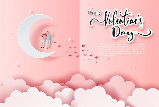 Приветствие и пригласительный билет, милая пара в любви, сидя на качелях, висит на луне.