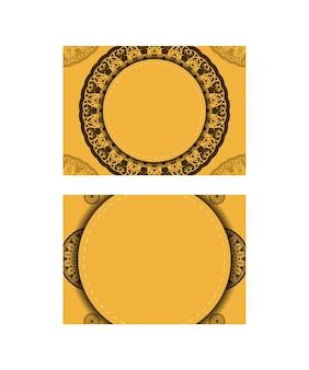 Поздравительная брошюра желтого цвета с винтажным коричневым рисунком, подготовленная для типографии.