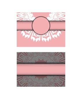 タイポグラフィ用に用意されたヴィンテージの白い装飾品が付いたピンクのグリーティングカード。