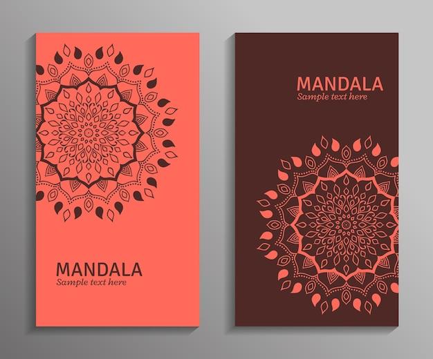 인사말, 초대 카드, 만다라 장식으로 밝은 빨간색과 갈색 색상의 전단지. 장식용 만다라. 오리엔탈 스타일의 세련된 기하학적 패턴.