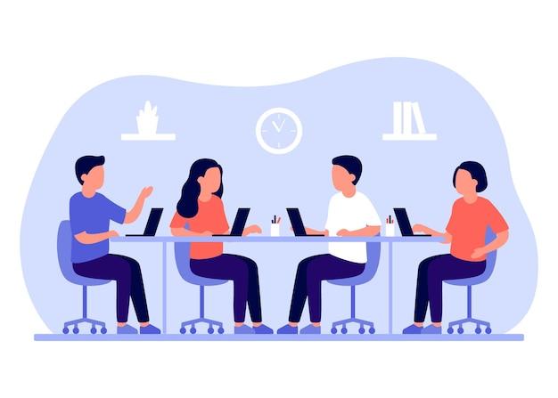 グループビジネスの従業員は、ラップトップを使用して共通のテーブルに座っているオフィスの人々で一緒に働きます