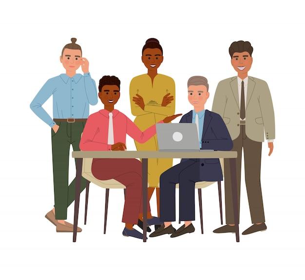 Группа деловых мужчин и женщин в костюмах и офисной ткани. мужчина сидит за столом с ноутбуком, что-то обсуждает со своими коллегами. герои мультфильмов изолированы.