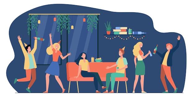 陽気な学生や幸せな友人のグループがアパートでダンスとホームパーティーで楽しんでいます