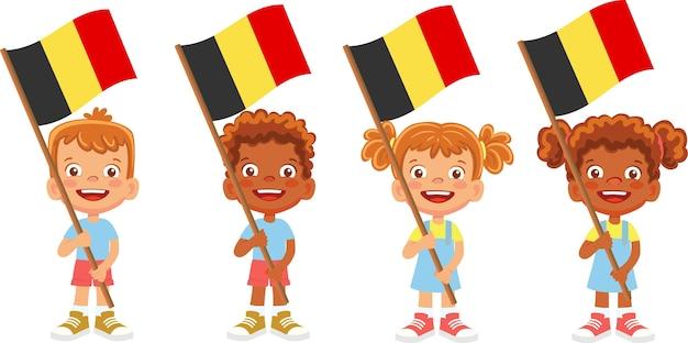 Группа детей, держащих иллюстрацию национального флага Premium векторы