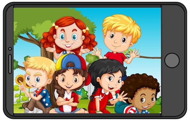 스마트 폰 화면에 어린이의 그룹