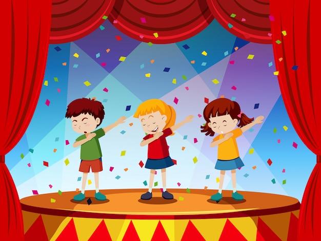 グループの子供たちがステージ上で演奏