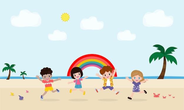 재생 및 해변에서 점프하는 어린이의 그룹