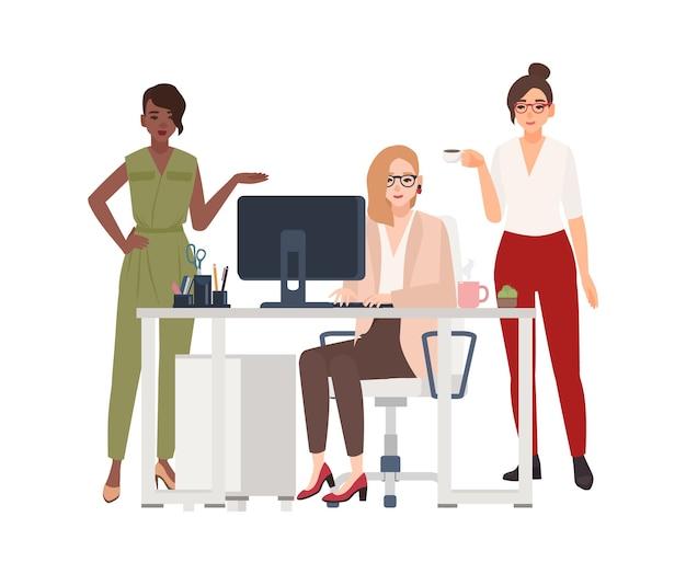 Группа женщин-сотрудников или менеджеров в офисе - работает за компьютером, пьет кофе, обсуждает рабочие вопросы