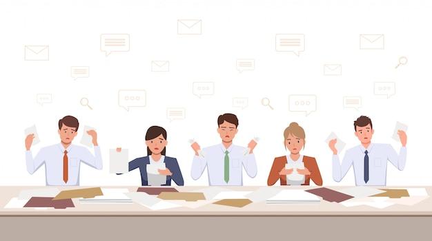 フラットアイコンのデザインでオフィスの机の上のドキュメントでの作業に不満の男性と女性のチームのグループが動揺