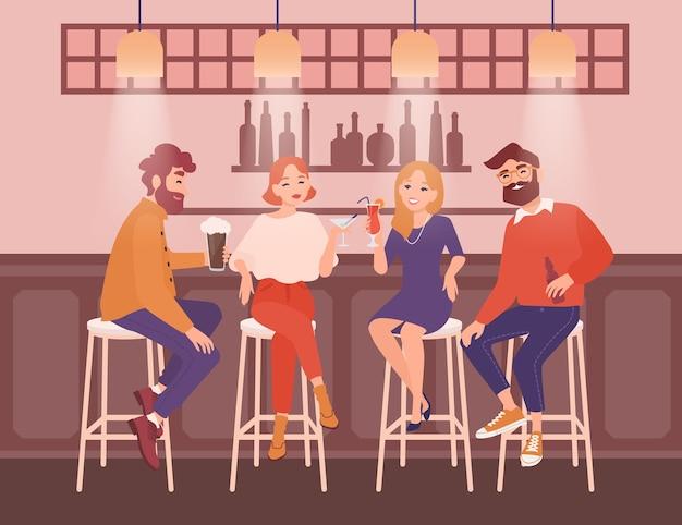 Группа счастливых мужчин и женщин, одетых в элегантную одежду, сидит в баре, разговаривает и пьет алкогольные напитки