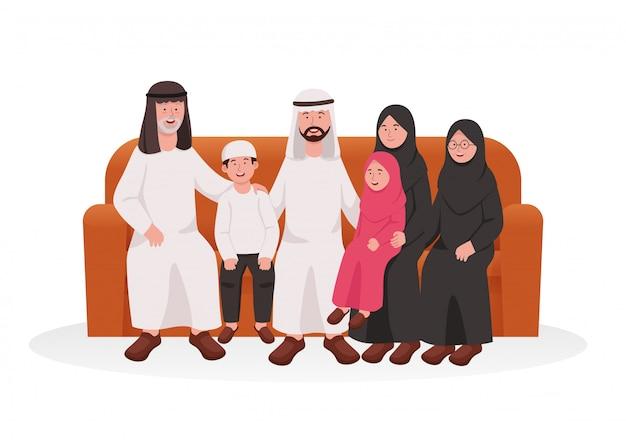 幸せなイスラム教徒のアラビア家族のグループがソファーに一緒に座る