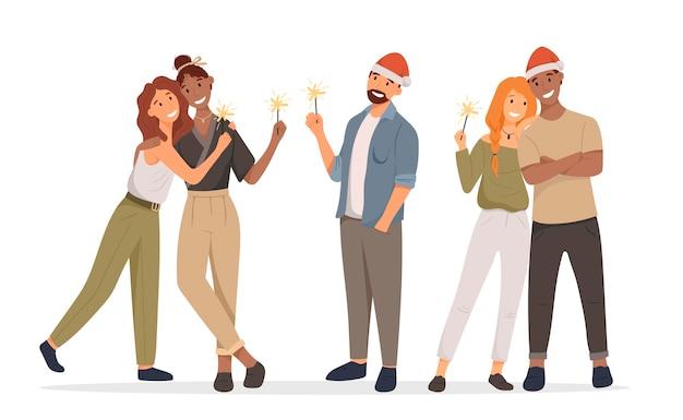 Группа счастливых стоящих изолированных людей. веселые друзья встречают рождество или новый год компанией. бенгальские огни в руках и шапке санты. пара лесбиянок, афроамериканцев и европейцев.