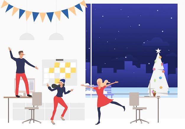 Группа счастливых работников на новогодней корпоративной вечеринке