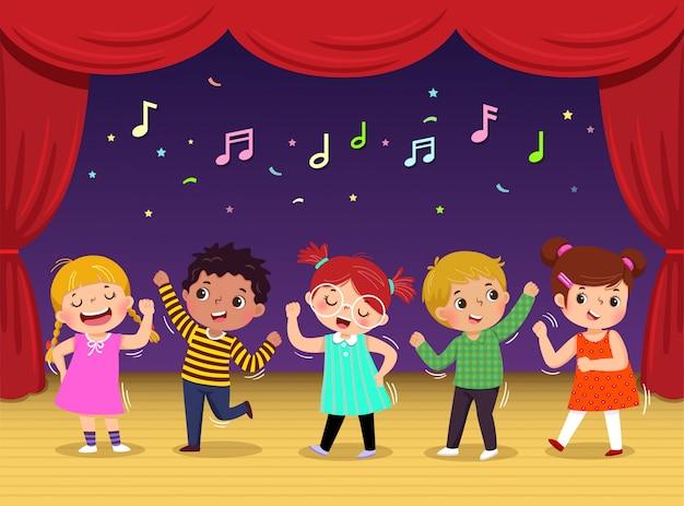 Группа детей танцует и поет песню на сцене. детский спектакль.