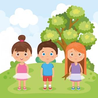 Группа маленьких детей в парке персонажей