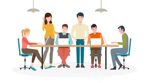 フラットアイコンデザインのラップトップでオフィスの机で働いている男性と女性のグループ