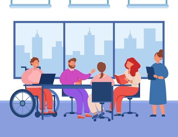 会議のテーブルで会話をしているオフィスの人々のグループ