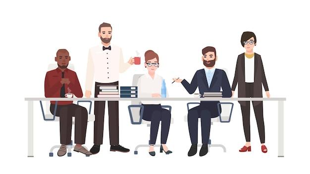 책상에 앉아 이야기하는 직장인의 그룹입니다. 비즈니스 토론, 작업 회의, 협상에 참여하는 남성과 여성 사무원.