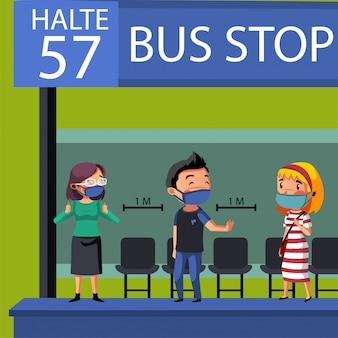 Группа людей проводит социальное дистанцирование и физическое дистанцирование на автобусной остановке