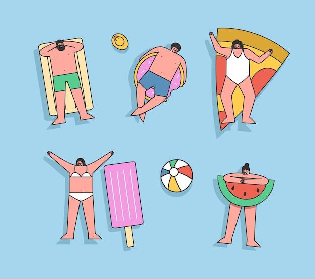 Группа людей, плавающих на надувных матрасах в бассейне или море, наслаждаются летним отдыхом