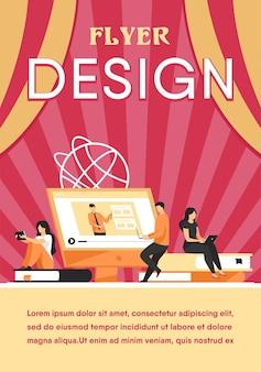 Группа студентов смотрит онлайн-вебинар. молодые мужчины и женщины сидят на стопках книг, используя портативные компьютеры. шаблон флаера