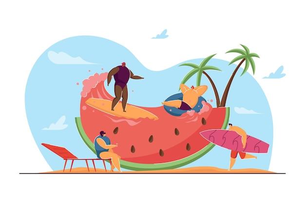 휴가를 즐기는 작은 사람들의 그룹입니다. 평면 벡터 일러스트 레이 션. 만화 친구들은 거대한 수박에서 쉬고, 서핑을 하고, 일광욕을 하고 있습니다. 휴일, 서핑, 바다, 해변, 디자인을 위한 과일 개념
