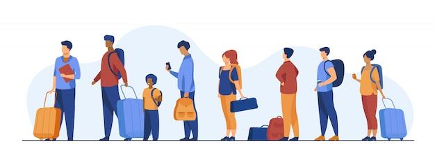 Группа туристов с багажом, стоя в очереди