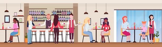 바 카운터 및 알코올 바텐더와 웨이트리스 마시는 음료를 제공하는 테이블에 손님 경주 클라이언트 현대 칵테일 바 레스토랑 인테리어 평면 가로 배너를 혼합