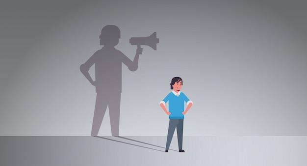 Парень мечтает быть менеджером или босс кричит в мегафон
