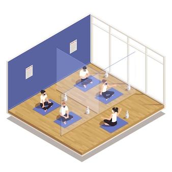Precauzioni pandemiche della lezione di fitness in palestra insegnanti di yoga partecipanti in maschere separate con illustrazione isometrica della composizione delle barriere di plastica