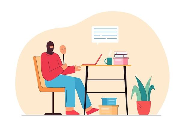 해커는 인터넷에서 피해자를 사기 위해 노트북을 들고 앉아 있습니다. 집 평면 그림에서 일하는 사기 예술가