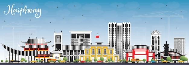 회색 건물과 푸른 하늘이 있는 하이퐁 베트남 도시의 스카이라인. 벡터 일러스트 레이 션. 역사적인 건축과 비즈니스 여행 및 관광 개념입니다. 랜드마크가 있는 하이퐁 도시 풍경.