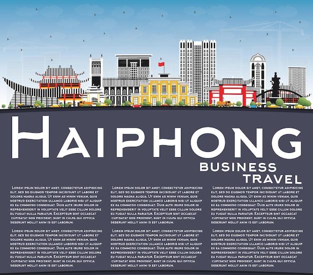 회색 건물, 푸른 하늘 및 복사 공간이 있는 하이퐁 베트남 도시 스카이라인. 벡터 일러스트 레이 션. 역사적인 건축과 비즈니스 여행 및 관광 개념입니다. 랜드마크가 있는 하이퐁 도시 풍경.